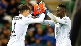 Edouard Mendy (phải) là sự lựa chọn số 1 và Kepa Arrizabalaga nhận thức rõ. Ảnh: Getty Images