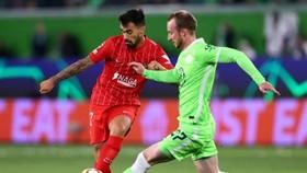 Sevilla (trái) giành kết quả hòa trong diễn biến căng thẳng tại Wolfsburg.