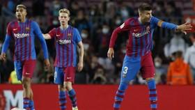Barcelona đang đối mặt với mùa giải khủng hoàng toàn diện.