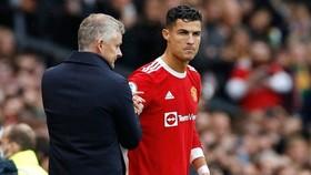Cristiano Ronaldo không hài lòng khi phải ngồi dự bị.