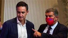 Ferran Reverter (trái) và tân Chủ tịch Joan Laporta phải giải quyết cuộc khủng hoảng tài chính nặng nề.