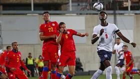 Tammy Abraham thoải mái kiểm soát bóng trước hàng thủ Andorra.