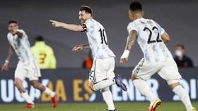 Lionel Messi mừng bàn mở tỷ số khá may mắn.