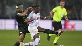 Salzburg (phải) đã xuất sắc đánh bại Wolfsburg để củng cố ngôi đầu.