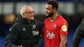 HLV Claudio Ranieri chia vui với người hùng Josh King. Ảnh: Getty Images