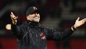 HLV Jurgen Klopp ngạo nghễ ăn mừng chiến thắng. Ảnh: Getty Images