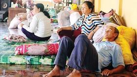 Người dân xã Mỹ Hội Đông (Chợ Mới, An Giang) chạy lở, tá túc trong các ngôi chùa                                      Ảnh: ĐÔNG XUYÊN