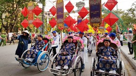 3 nghệ nhân thêu, kim hoàn và đúc đồng của cố đô Huế dẫn đầu đoàn rước tôn vinh các nghệ nhân, thợ thủ công và nghề truyền thống Việt Nam