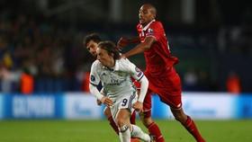 Modric đi bóng trước sự đeo bám của N'Zonzi.