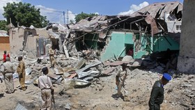Hiên trường xe bom phát nổ khi đang được tháo gỡ ở Wadajir, Mogadishu, Somalia, ngày 17-5-2017. Ảnh: AP