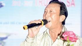 Nhạc sĩ - ca sĩ Thế Hiển hát trong chương trình kỷ niệm 5 năm  Ngày đến với Trường Sa