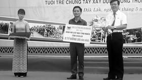 Ông Ngô Văn Đông (bìa phải) trao tặng tỉnh Đắk Lắk 3 tỷ đồng xây dựng nhà tình nghĩa