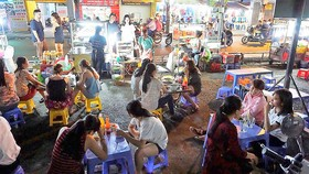 20 hộ bán hàng rong trên vỉa hè ở quận Tân Bình được bố trí bán ở chợ Phạm Văn Hai vào ban đêm      Ảnh: KIỀU PHONG