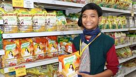 Trại sinh Nguyễn Văn Vui mua hàng tặng người thân trong gia đình