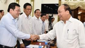 Thủ tướng Nguyễn Xuân Phúc trao đổi với các đồng chí lãnh đạo sở ngành trong buổi làm việc với TPHCM