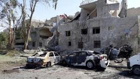 Hai xe có bom bị lực lượng an ninh ngăn chặn cho phát nổ tại cửa ngõ vào thành phố ngày 2-7. Ảnh: SANA