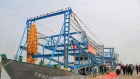 Tàu cá vỏ thép công suất lớn được hạ thủy tại xã Quảng Cư, thị xã Sầm Sơn, Thanh Hóa. Ảnh: TTXVN