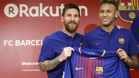 Neymar (phải) muốn thoát khỏi cái bóng của Messi ở Barca.