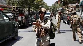 Lực lượng an ninh triển khai tai Đại sứ quán Iraq ở Kabul, Afghanistan, ngày 31-7-2017. Ảnh: AP