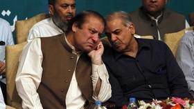 Ông Nawaz Sharif (trái) vừa bị Tòa án Tối cao Pakistan phế truất. Ảnh: REUTERS