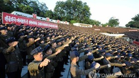Hàng ngàn sĩ quan quân đội Triều Tiên thể hiện sự ủng hộ nhà lãnh đạo Kim Jong Un. Ảnh: YONHAP