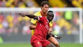 Liverpool (phải) đánh rơi chiến thắng ở những phút bù giờ cuối trận.