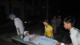 Các nạn nhân được nhanh chóng đưa đến bệnh viện. Ảnh TTXVN