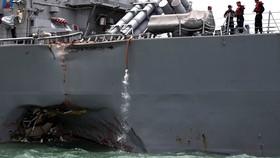 Tàu USS John S. McCain neo đậu tại căn cứ Hải quân Changi của Singapore sau vụ va chạm. Ảnh: REUTERS