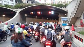 Hầm vượt sông Sài Gòn thường xuyên ùn ứ xe