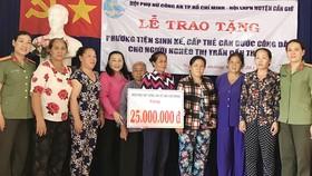 Hội Phụ nữ Công an TPHCM giúp người dân Cần Giờ làm căn cước miễn phí đồng thời tặng quà cho người dân có hoàn cảnh khó khăn ở đây