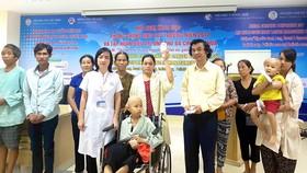 Đại diện Báo SGGP trao tiền trợ giúp bệnh nhân đang điều trị tại Bệnh viện Trung ương Huế