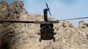 Một trực thăng UH-60 Black Hawk của quân đội Mỹ thuộc Phái bộ Hỗ trợ Kiên quyết ở Afghanistan. Ảnh: US ARMY