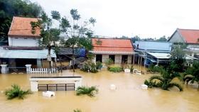 Đến chiều 6-11, lũ tiếp tục nhấn chìm nhà dân  ở xã Điện Thắng Trung (Điện Bàn, Quảng Nam)                                        Ảnh: Nguyễn Hùng