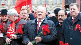 Chủ tịch Đảng Cộng sản liên bang Nga ông Gennady Zyuganov (giữa) đến quảng trường Đỏ