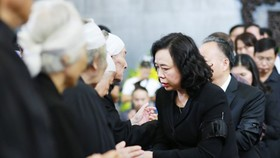 Ủy viên Trung ương Đảng, Phó Bí thư Thường trực Thành ủy Ngô Thị Thanh Hằng cùng lãnh đạo TP Hà Nội động viên, chia buồn cùng gia đình tang quyến. Ảnh: HNM