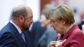 Chủ tịch Đảng Dân chủ Xã hội Đức (SPD)Martin Schulz (trái) và bà Merkel. Ảnh: POLITICO