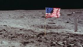 Ông Trump phát biểu, Mỹ sẽ không chỉ để lại cờ và dấu chân trên Mặt Trăng. Ảnh: SCIENCE ALERT