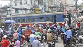 Phương tiện giao thông dừng lưu thông để xe lửa chạy qua                          Ảnh: thành trí