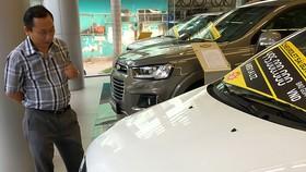 Xem ô tô tại salon Chevrolet Sài Gòn              Ảnh: CTV
