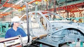 Lắp ráp ô tô tại một công ty ở TPHCM. Ảnh:  THÀNH TRÍ