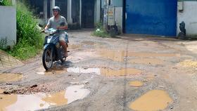 Đường trong khu dân cư lầy lội dù tiền đã được đóng góp từ hơn 20 năm qua