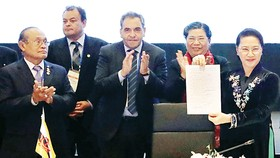 Chủ tịch Quốc hội Nguyễn Thị Kim Ngân với tuyên bố chung  được các quốc gia ký kết                                       Ảnh: TTXVN