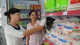 """Người tiêu dùng chọn mua đường tại cửa hàng liên kết """"Hội Phụ nữ - Co.op"""" ở quận 12                                                                                                                                                  Ảnh: THÀNH TRÍ"""