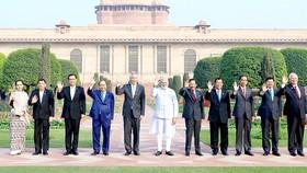 Thủ tướng Nguyễn Xuân Phúc (thứ tư từ trái sang), Thủ tướng Ấn Độ Narendra Modi (giữa) và các nhà lãnh đạo ASEAN
