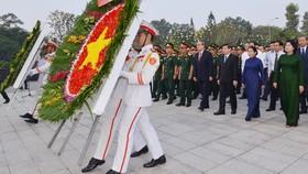 Các đồng chí lãnh đạo TPHCM dâng hoa tại Nghĩa trang Liệt sĩ TP. Ảnh: VIỆT DŨNG