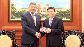 Đồng chí Nguyễn Thành Phong, Chủ tịch UBND TPHCM (phải) với ông Andrew Doyle, Quốc vụ khanh về Thực phẩm, Lâm nghiệp và Trồng trọt Cộng hòa Ireland. Ảnh: TTXVN