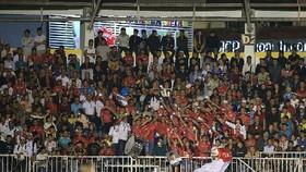 Đông đảo khán giả trên sân Pleiku ngày khai mạc