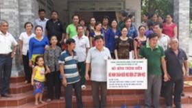 Nông dân tham gia lượng giá mô hình tại nhà anh Nguyễn Văn Tới