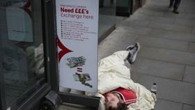 Người vô gia cư nằm ngủ ngoài đường phố ở Anh