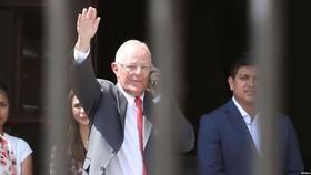 Pedro Pablo Kuczynski rời Dinh Tổng thống ở Lima, Peru, sau khi từ chức ngày 21-3-2018. Ảnh: REUTERS